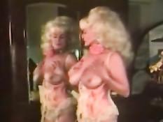 Сиськастая ретро порно актриса Helga Sven ласкает свои прелести