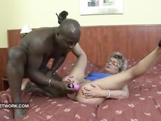 Чёрный любовник оттрахал на кровати пожилую блондинку в очках