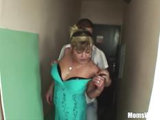 Эта зрелая блондинка с маленькой грудью любит молодых парней