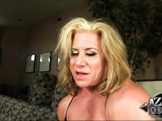 Пожилая сисястая бодибилдерша Wanda Moore села на секс машину