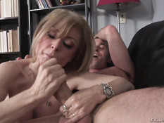 Босс отымел в своём кабинете развратную зрелую даму Nina Hartley