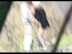 Блондинка снимает на улице парня и занимается сексом в кустиках