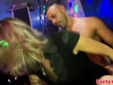 Европейские девки целуют друг дружку и ебутся с парнями в клубе