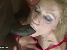 Чёрный ёбырь ебёт на кровати зрелую блондинку в красном белье