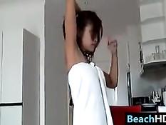 Тайская девушка отсасывает член и лижет яйца иностранному гостю