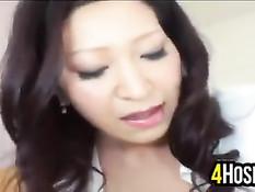 Азиатская женщина в сетчатых чулках делает футджоб и дрочит хуй