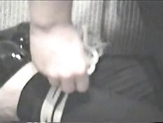 Блондинка заклеивает себе рот и связывает верёвками руки и ноги