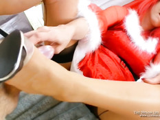 Подружка с красными волосами выдрочила сперму ногами в чулках