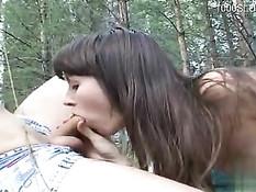 Паренёк привёл в лес худую русскую красотку и оттрахал в пизду