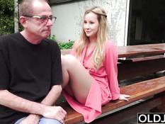 Распутная светловолосая девушка соблазнила на секс старого деда