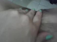 Девушка снимает лифчик и сжимает свои сиськи в онлайн порно чате