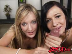 Горячие девчонки Amy Brooke и Ashli Orion отсосали мужчине член