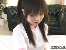 Симпатичная азиатка лижет соски своему парню, а потом сосёт член