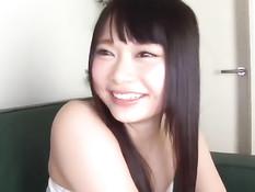 Милая японская девушка согласилась подрочить член лысому парню