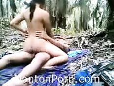 Парень занимается сексом с горячей молодой подругой в джунглях
