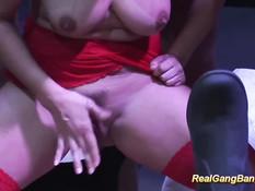 Порно актрисы ласкают друг дружку и ебутся с мужчинами на сцене