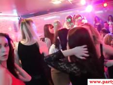 Европейские тёлки на вечеринке в клубе сосут члены стриптизёрам