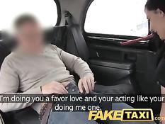 Брюнетка пассажирка такси ебётся с водителем на заднем сиденье