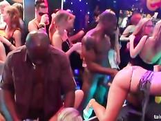Девки ласкают друг дружку и отсасывают парням на секс вечеринке