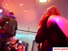 Девки страстно целуются и отсасывают у парней хуи на вечеринке