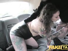 Водитель такси оттрахал кудрявую пассажирку в сетчатых чулках