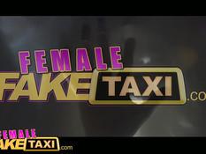 Рыжая женщина водитель такси занимается сексом с пассажиркой
