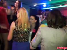 Девушки целуются и трахаются в одном из европейских секс клубов