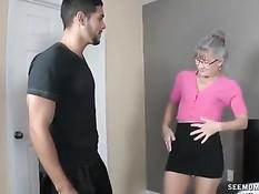 Парень зашёл в гости к пожилой блондинке в очках и дал отсосать