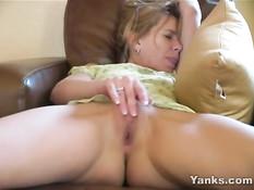 Неудовлетворённая зрелая женщина мастурбирует киску на кресле