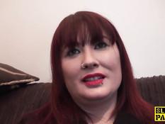Рыжая британская женщина в чёрных колготках любит еблю раком