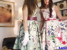 Гламурная английская леди примеряет бельё с подругой лесбиянкой
