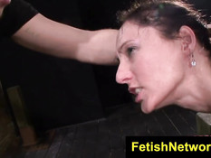 Прикованную брюнетку Fiona Rivers отодрали в рот и рабочую жопу
