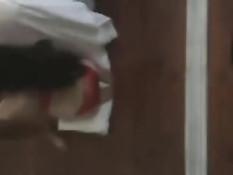 Брюнеточка в очках схватила член двумя руками и высосала сперму