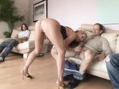 Страстная блондиночка Carolyn Reese сосёт члены и глотает сперму