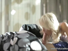 Сексуальная блондинка с наслаждением делает минет на кровати