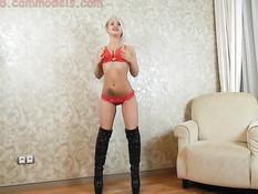 Молодая блондинка показывает стриптиз и трахается с бойфрендом