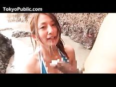 Две японские девчонки в бикини отсасывают у парня член на пляже