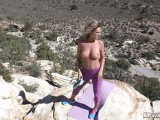 Женщина с большой грудью занимается гимнастикой и ебётся раком