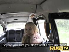 Водитель такси оттрахал на заднем сиденье блондинку Amber Jayne