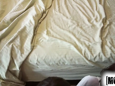 Мужик отымел на кровати и залил спермой девку с пирсингом сосков