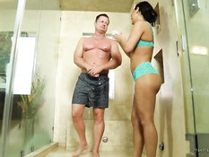 Молодая брюнеточка делает мужчине нуру массаж и садится на хуй