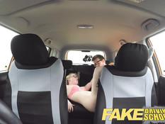 Инструктор по вождению отодрал светловолосую девку с косичками