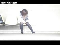 Азиатская девушка оголяет грудь и письку в общественных местах