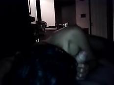 Парень снял на телефон, как подруга брюнетка сосёт хуй в темноте
