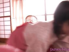 Три японские гейши в кимоно подрочили член счастливому мужчине