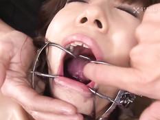 Парни играют с сиськастой азиаткой в сетчатых чулках Miku Aihara