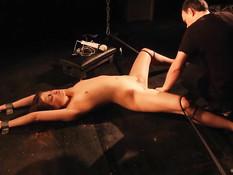 Хозяин отшлёпал по жопе связанную рабыню и отодрал вибратором