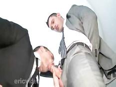 Голубые мужчины в деловых костюмах отсасывают и ебутся в очко
