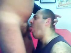 Мужчина с короткой стрижкой отсасывает бритый член пузатому гею