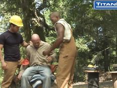 Трое возбуждённых голубых рабочих занимаются любовью в лесу